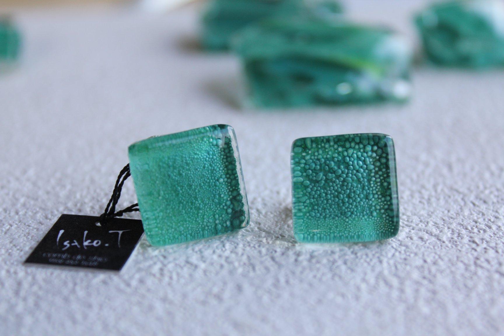 深海グリーンのガラスイヤリング