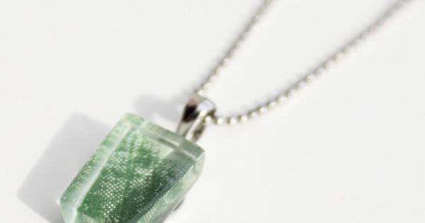 新緑を閉じ込めたようなガラスアクセサリー